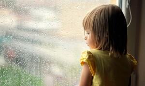 la jeune fille regarde par la fenetre